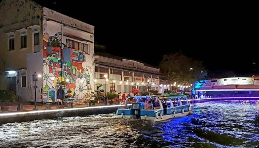 Waronk – Riverside food court in Melaka with more than 1000 dishes and live music